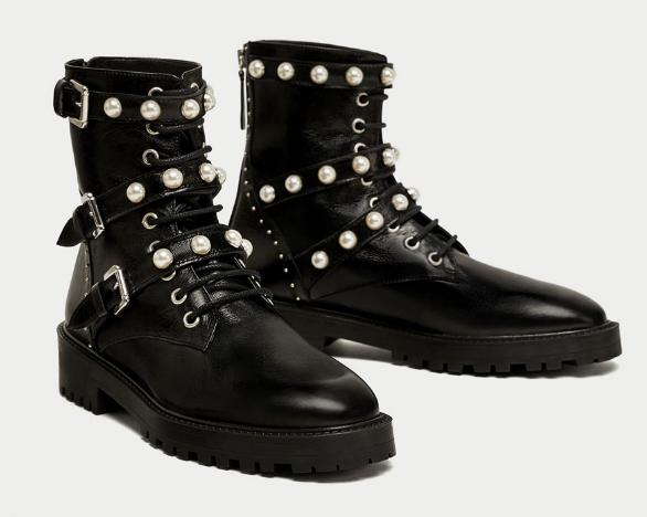 Botas moteras con hebillas y perlitas de cuero negro de Zara.
