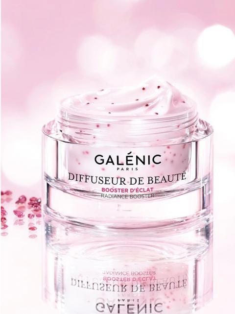 Gracias al polvo de rubí Galénic Diffuseur de beauté aporta un efecto iluminador, hidratación y efecto antioxidante.