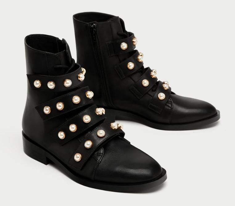 Botas estilo de combate adornadas con perlas de Zara.